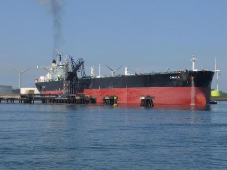 Oil_tanker_Omala_in_Rotterdam
