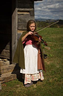 Girl_playing_fiddle_(30806028496)