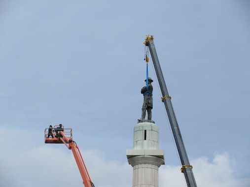 Robert_E_Lee_statue_removed_from_column_New_Orleans_19_May_2017_08